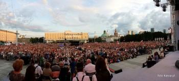 Tłumy ludzi w oczekiwaniu na rozpoczęcie koncertu.