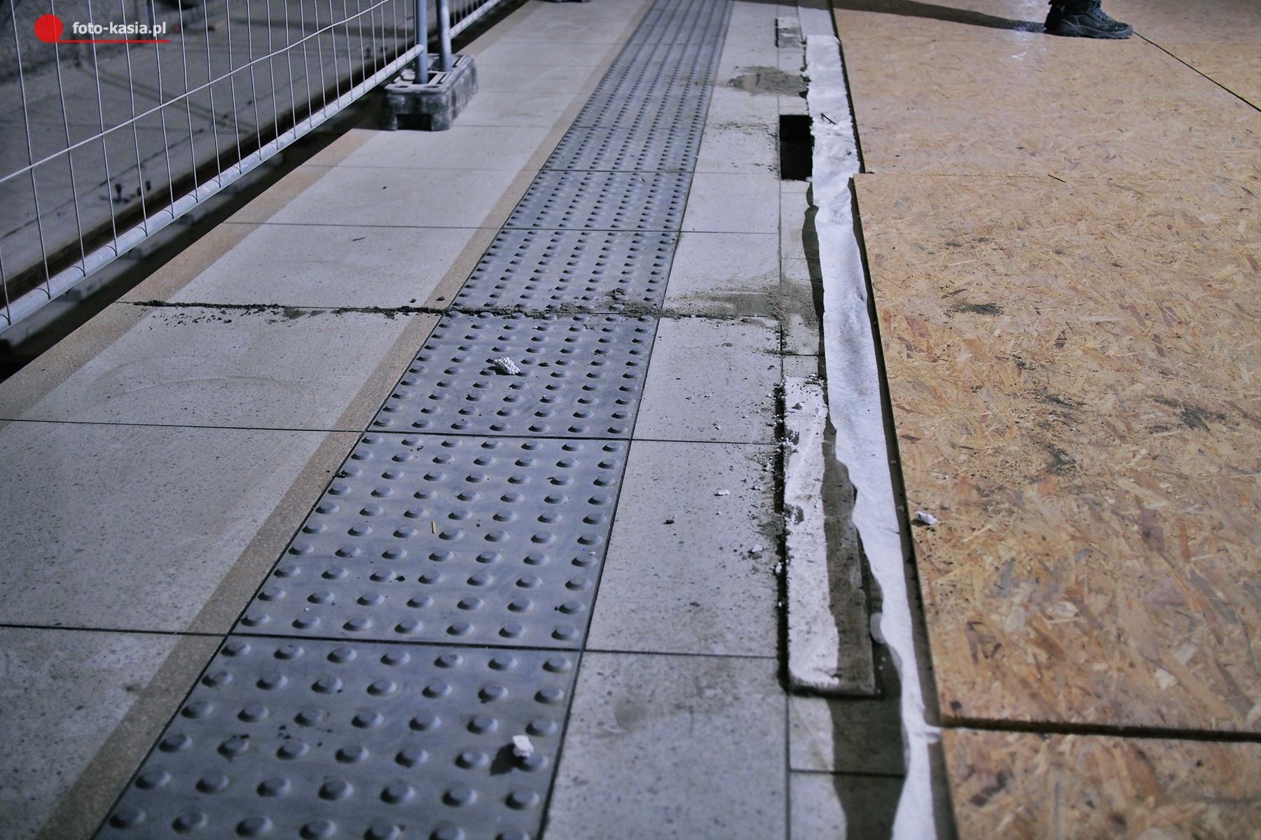 Wreszcie pasy wzdłuż krawędzi peronu na których nie tak łatwo się poślizgnąć.